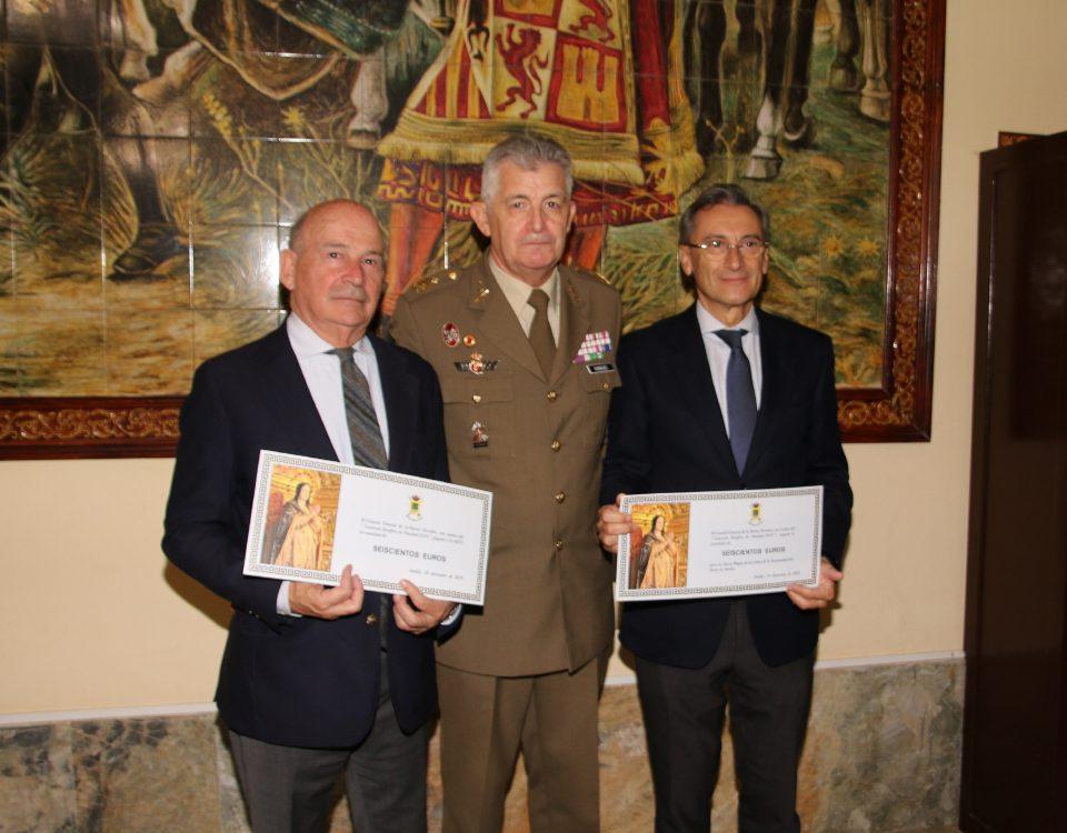EL TENIENTE GENERAL PRESIDENTE DE LA CÁTEDRA HACE ENTREGA DEL DONATIVO TRAS EL CONCIERTO DE NAVIDAD